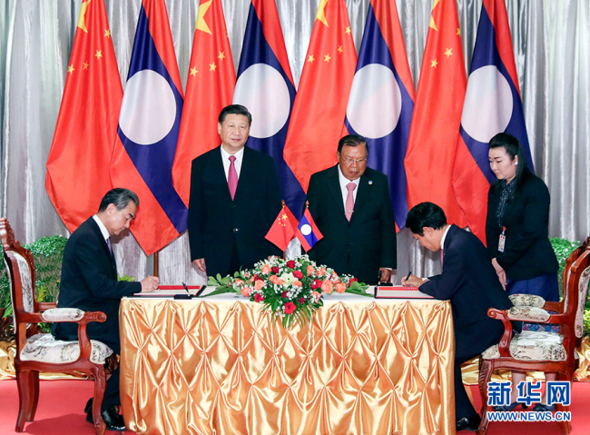 After the meeting, Chinese President Xi Jinping and his Lao counterpart Bounnhang Vorachit witnessed the signing of a deal to enhance cooperation under new circumstances between the two countries, Vientiane, Nov. 14, 2017. [Photo: Xinhua/Ding Lin]