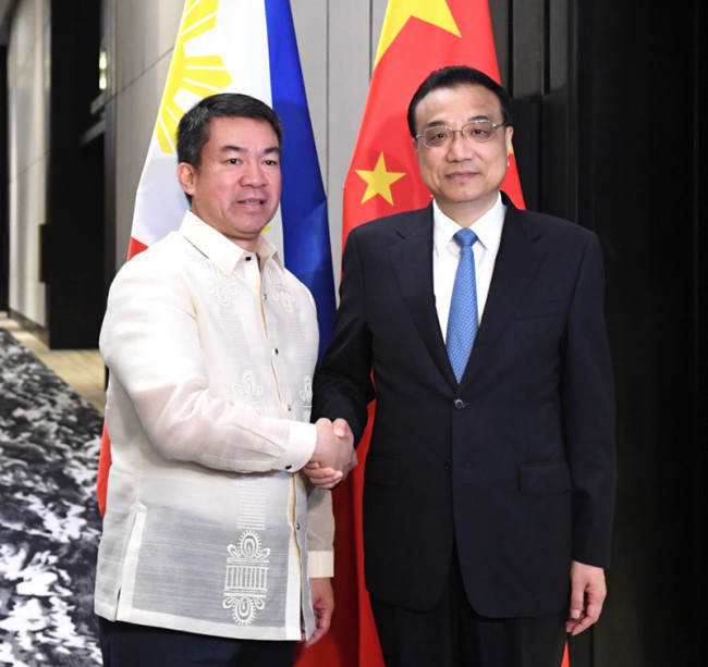 Chinese Premier Li Keqiang (R) meets with Aquilino Pimentel, Senate president of the Philippines, in Manila, the Philippines, on Wednesday, November 15, 2017. [Photo: Xinhua]