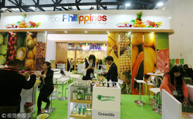 Photo shows a booth from the Philippines at this year' China Fruit & Vegetable Fair on Nov, 4th, 2017. Newly-released statistics show economic and trade cooperation between China and the Philippines start to rebound this year after slumping the previous few years. [Photo: VCG]
