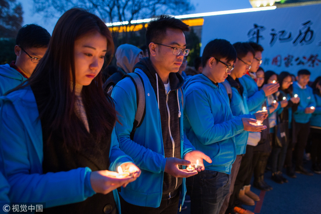 Postgraduate students of the Nanjing Agricultural University attend a memorial for the victims of the Nanjing Massacre, December 10, 2017. [Photo: VCG]