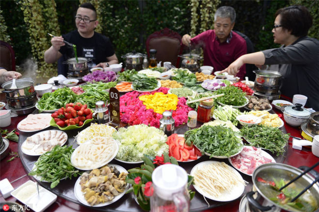 People enjoy(享受) a flower feast in Kunming, Southwest China's Yunnan province, March 6. [Photo/IC]