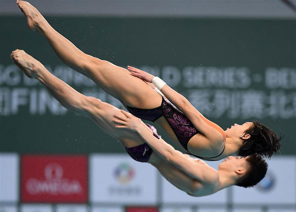 China's Lian Junjie/Lin Shan (front) compete during the mixed 10m synchronized final at the FINA Diving World Series 2018 in Beijing, capital of China, on March 11, 2018. [Photo: Xinhua/He Changshan]