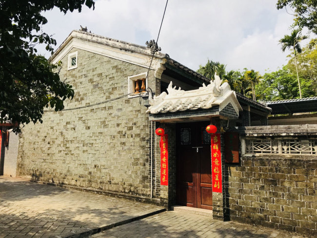 A photo shows the traditional house gate in Beireng village, Jiaji town, Qionghai city, Hainan Province. [Photo: ChinaPlus/Ge Anna]