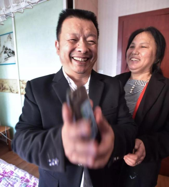 Wang Mingqing and his wife react as DNA test confirm that their missing daughter has been found. [File Photo: Xinhua]