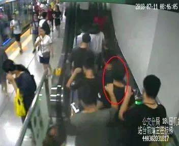 The police capture sexual offenders on the subway. [File Photo:  WeChat account of Shenzhen police]