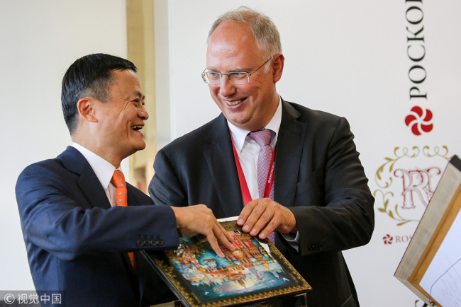 Kirill Dmitriev(R), CEO of Russian Direct Investment Fund, presents Jack Ma, chairman of Alibaba Group, with a gift during the accord signing ceremony on the sidelines of the Eastern Economic Forum in Vladivostok, Russia, on Tuesday, Sept. 11, 2018. [Photo:VCG]