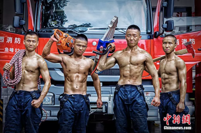 Four fire-fighting soldiers working with their equipment. [Photo: Chinanews.com]