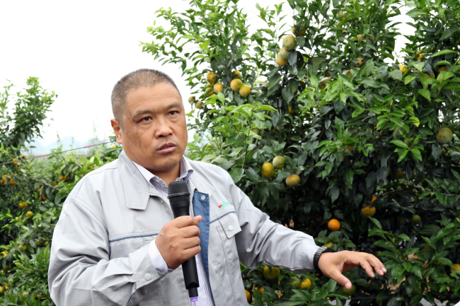 Shi Jianfeng, general manager of Haisheng citrus orchard, introduces the intelligent fertigation system at the orchard in Laibin, Guangxi Zhuang Autonomous Region on October 23, 2018. [Photo: China Plus/Sang Yarong]
