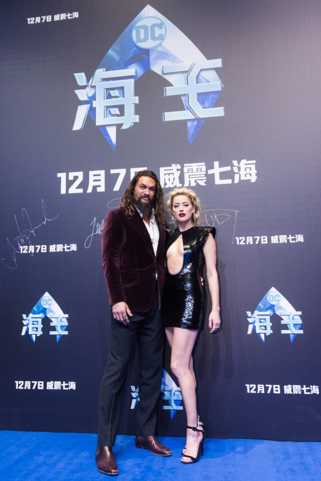 'Aquaman' stars Jason Momoa (left) and Amber Heard (right) pose for a picture at the premiere of the movie in Beijing on November 18, 2018. [Photo provided to China Plus]