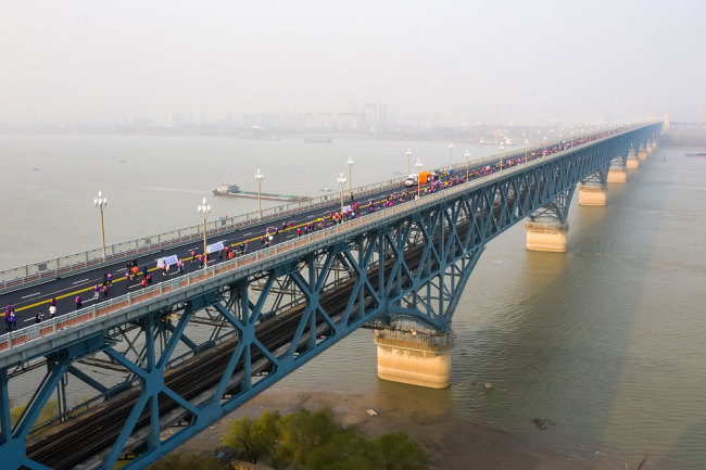 A memorial run to mark the 50th anniversary of the opening of the Nanjing Yangtze River Bridge was held on Sunday, December 16, 2018. [Photo: IC]