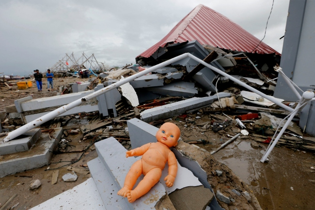 A doll lays outside a damaged house following the tsunami in Sumur, Indonesia, Tuesday, Dec. 25, 2018. The Christmas holiday was somber with prayers for tsunami victims in the Indonesian region hit by waves that struck without warning Saturday night.[Photo:AP]