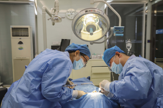 Doctors carry out an operation at a private hospital in Qingdao, Shandong Province, on December 14, 2018. [File photo: IC]