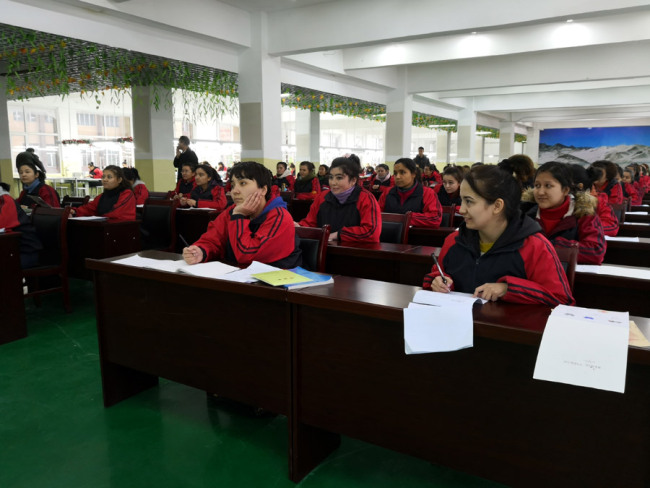 Students listen carefully at a costume design course. [Photo: China Plus]