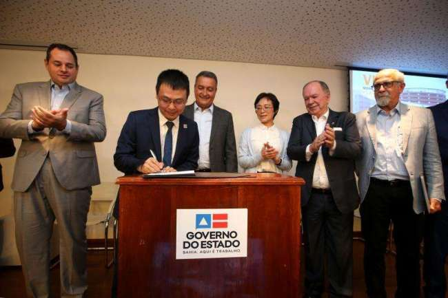 Li Tie, the general manager of BYD Brazil, signs a contract with Rui Costa, the state governor of Estado De Bahia, for the construction of the world's first cross-sea sky rail in Salvador, Brazil on February 13, 2019. [Photo: China Plus]
