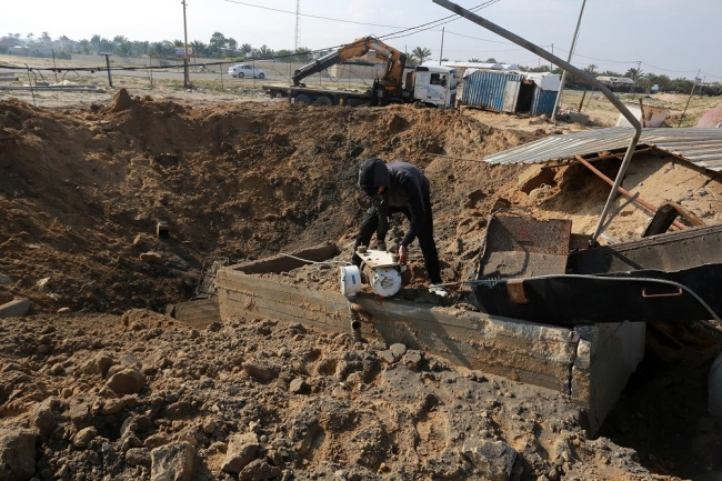 Palestinians check the site of an Israeli air strike at an under-construction seaport in Khan Yunis in the southern Gaza Strip, on March 7, 2019. [File Photo: IC]