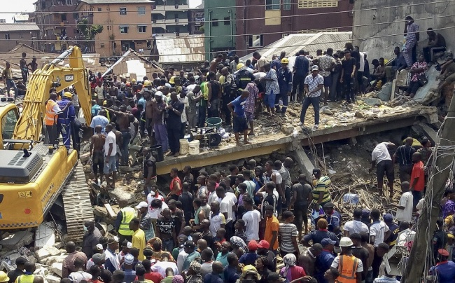 Rescue workers at the scene of a building collapse in Ita Faji, Lagos, Nigeria, 13 March 2019. [Photo: IC]