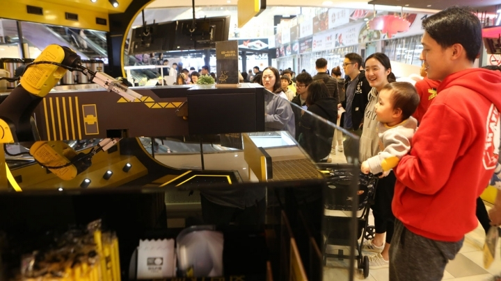 Robot arm makes milk tea at automated store in Shanghai