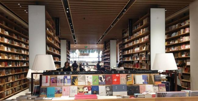 The Sanlian bookstore was designed to look like both a huge office space and a fashionable library, proving to be popular among Beijing's readers. [Photo: Chinaplus/Yin Xiuqi]