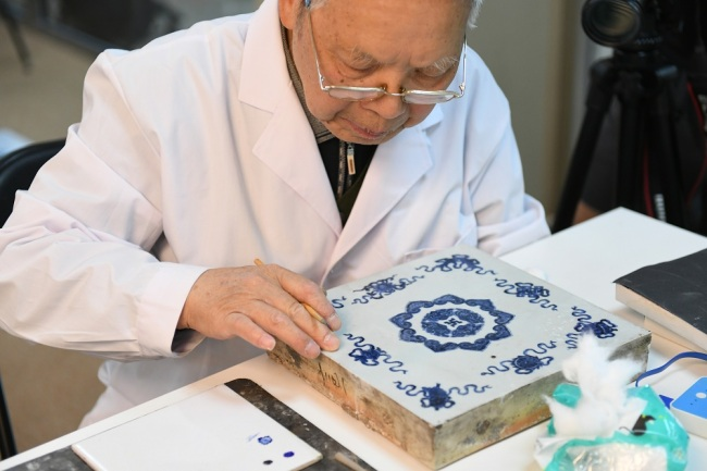 Experts repair the cultural relics unearthed in Yuanmingyuan. [Photo: IC]