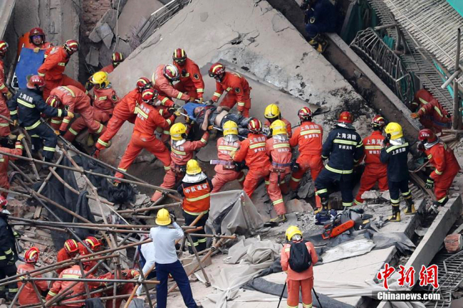 Firefighters rescue people on site after a building collapsed in Shanghai on May 16, 2019. [Photo: Chinanews.com]
