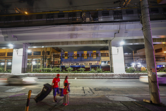 Two train coaches (top) sit on an elevated track after they collided in Metro Manila, Philippines, 19 May 2019. [Photo: IC]