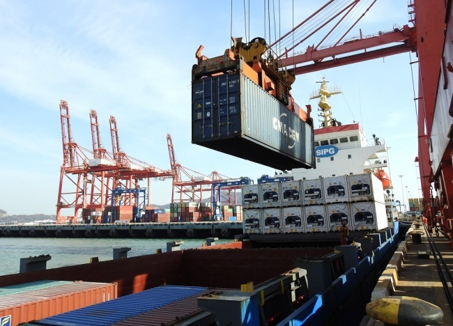A crane loads a container to be shipped abroad onto a cargo ship at the Port of Lianyungang in Lianyungang city, east China's Jiangsu province. [File Photo: IC]