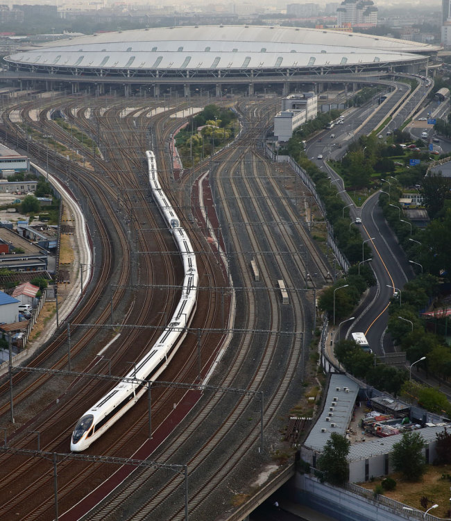 China's highways and railways rank first in the world