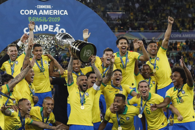 Brazil players celebrate during the cup delivery following the 2019 Copa America Final between Brazil and Peru on Jul 7, 2019 at the Maracanã Stadium in Rio de Janeiro, Brazil. [Photo: IC]