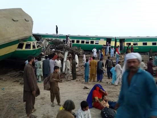 People gather at the scene of a train accident near Sadiqabad, Pakistan, July 11, 2019. [Photo: IC]