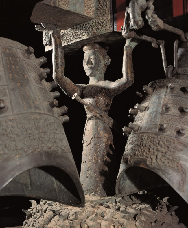 Sculpture of the Zenghouyi Chime Bells: the bronze warrior holding the wooden tire. [Photo provided by Hubei Provincial Museum]