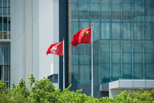 The Chinese national flag and the flag of the Hong Kong Special Administrative Region flutter in Hong Kong. [File Photo: IC]
