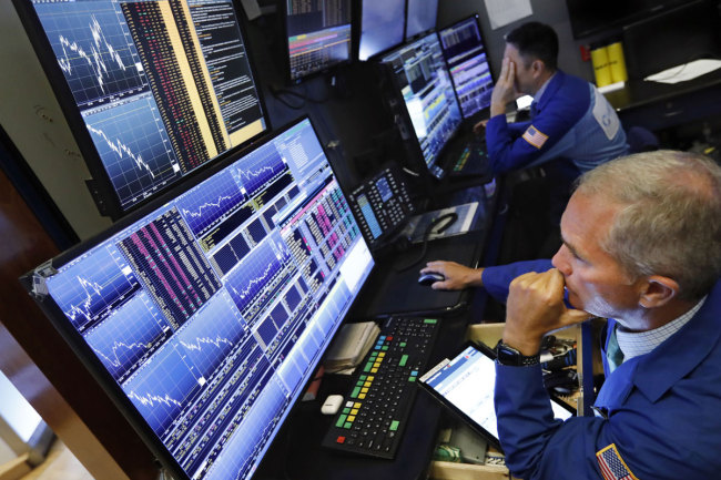 Trader Timothy Nick, right, works on the floor of the New York Stock Exchange. The U.S. stock market opens at 9:30 a.m. EDT on Monday, Aug. 12, 2019. [Photo: IC]