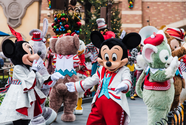 Disney characters including Mickey and Minnie Mouse perform for visitors at Shanghai Disneyland. [File Photo: VCG]