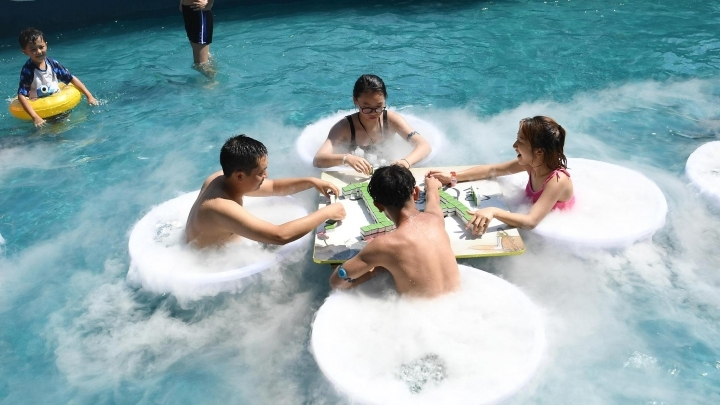 People in Chongqing play Mahjong in the water