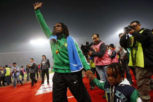 Walter Martinez waves goodbye to fans at Beijing Workers Stadium as he plays the final game for Beijing Guoan in the 2010-2011 season in a 3-2 defeat to Shanxi Renhe in the Chinese Super League on Oct 29, 2011. [File photo: IC]