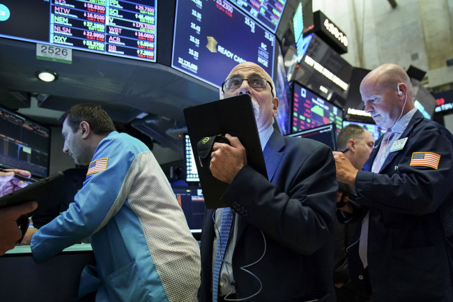 Traders and financial professionals work ahead of the closing bell on the floor of the New York Stock Exchange (NYSE) in New York City. [File photo: VCG]<br>