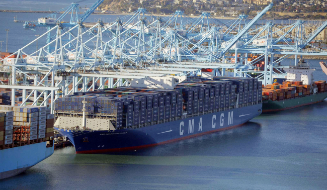 The CMA CGM Benjamin Franklin is docked at the Port of Los Angeles in San Pedro, California, December 26, 2015. [File Photo: AFP via VCG]