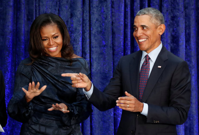 Former U.S. President Barack Obama and former first lady Michelle Obama acknowledge guests during the unveiling of their portraits at the Smithsonian's National Portrait Gallery in Washington, DC, U.S., February 12, 2018.[File Photo: Jim Bourg/Reuters via VCG]