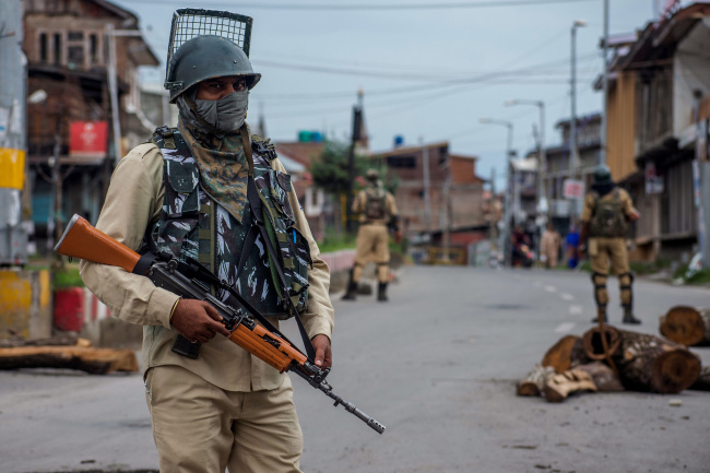 Indian troops on alert in the old city of Srinagar in Kashmir on Saturday, August 17, 2019. India tightened security in the disputed region after the government revoked Kashmir's special administrative status. [File photo: VCG]