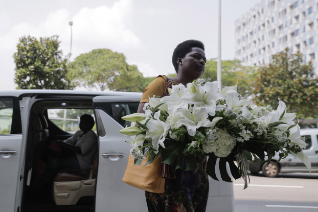 A woman carrying a wreath arrives at the Singapore Casket building, where the body of former Zimbabwean president Robert Mugabe is being held in Singapore, on September 07, 2019. [Photo: EPA via IC]