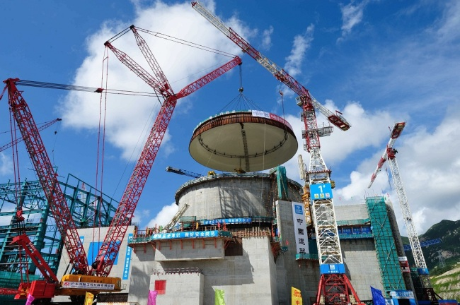 The dome of the containment structure for the No.2 reactor is being hoisted at the Taishan Nuclear Power Plant in Taishan city, south China's Guangdong province, September 12, 2012. [File Photo: IC]