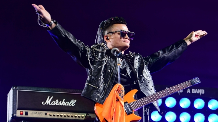 Alibaba's pop star CEO Jack Ma gives a goodbye performance