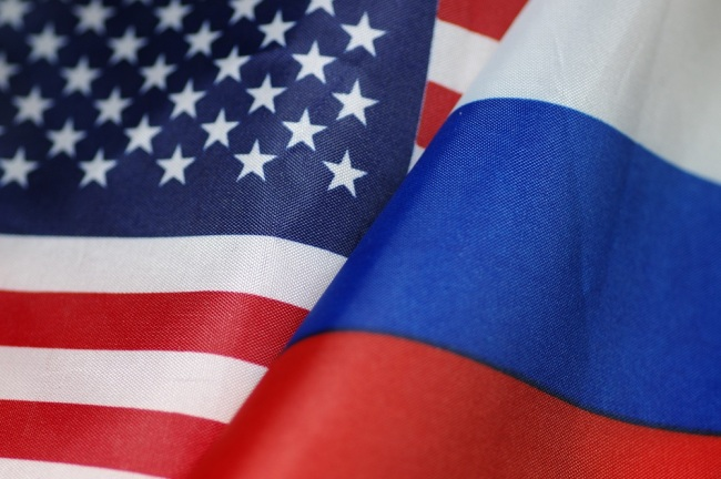 National flags of Russia and the United States. [File Photo: IC]