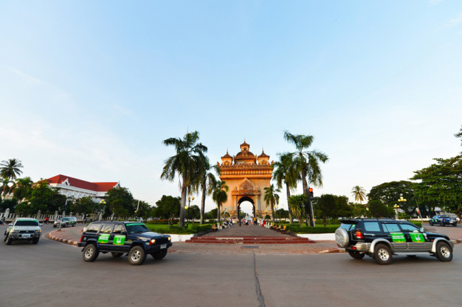 Cars participating in the China-ASEAN International Touring Assembly pass the iconic building Patuxay in Vientiane, Laos on Sep 17, 2019. [Photo: IC]
