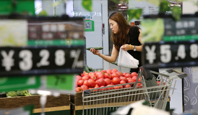 A customer is picking up vegetables at a supermarket in Nantong, Jiangsu Province. [Photo: IC]