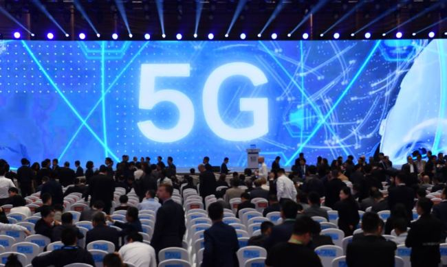 A photo shows people discussing about 5G at the 2019 World Internet Conference on Oct. 20, in Wuzhen, Zhejiang Province. [ Photo: IC ]
