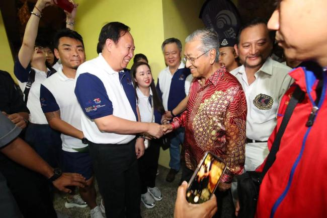 Malaysian Prime Minister Mahathir Mohamad meets the winners of the Belt and Road International Regatta Malaysia stage in Langkawi, Malaysia on Jan 11, 2020. [Photo provided to China Plus]