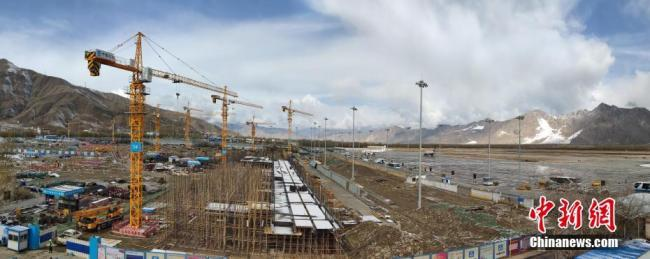 Le 12 avril, le nouveau terminal de l'aéroport international de Kongga, à Lhassa, est en construction.